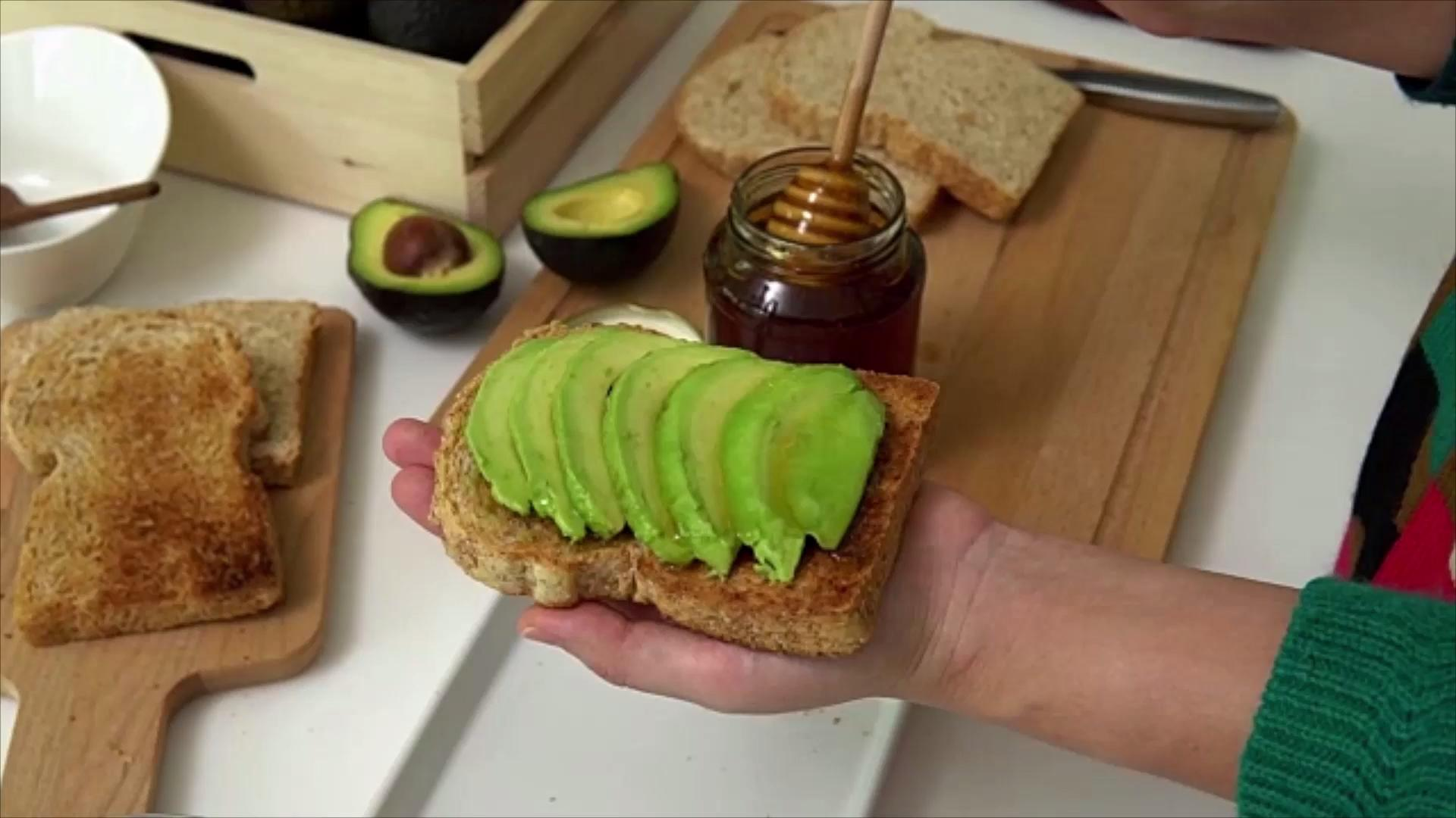 Here's Why You Shouldn't Use a Metal Knife to Cut an Avocado