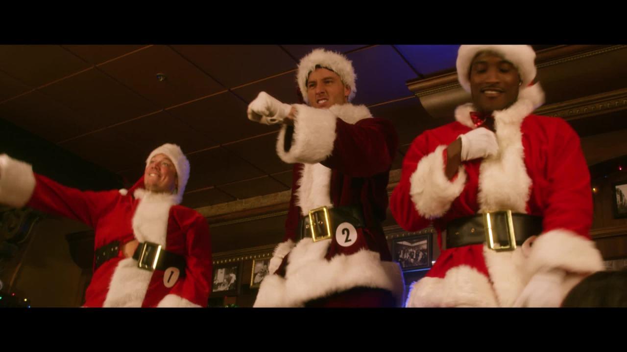 A Bad Moms Christmas Justin Hartley.A Bad Moms Christmas This Is Us Star Justin Hartley Is A Sexy Santa In Exclusive Clip