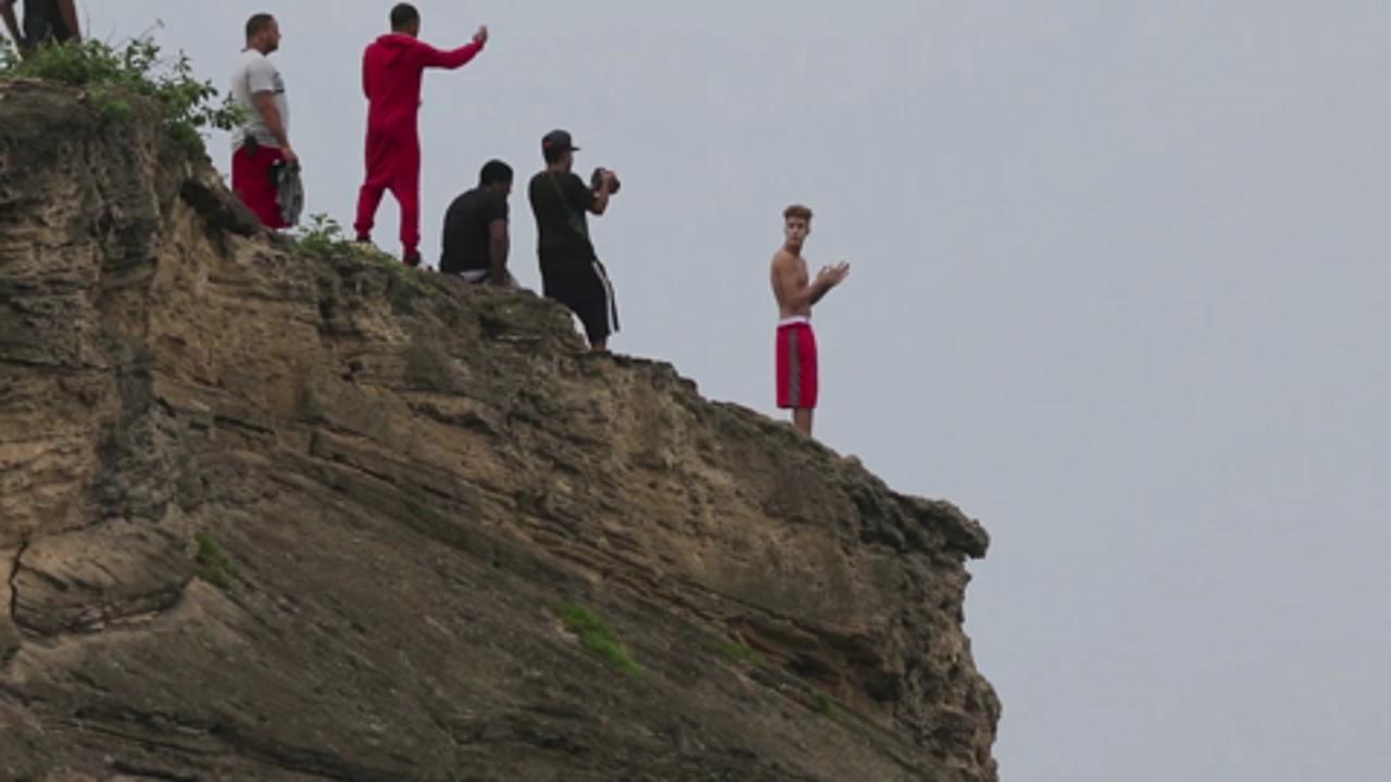 a9e7ba116f Justin Bieber Jumps Off a Cliff in Hawaii (VIDEO) | PEOPLE.com