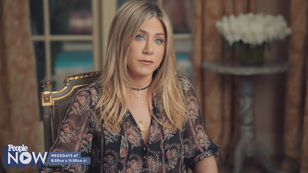 Jennifer Aniston Wears Friends Lookalike Outfit See The Rachel